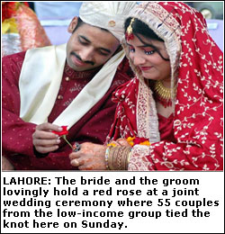 55 couples tie the knot at mass wedding - Newspaper - DAWN COM
