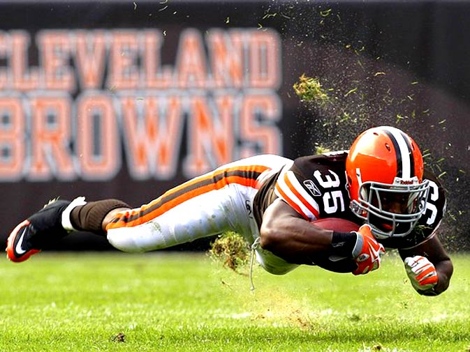 Cleveland Browns running back Jerome Harrison (35) dives for yardage after being tripped up by the Kansas City Chiefs during the first quarter of their NFL game in Cleveland, Ohio September 19, 2010. - Photo by Reuters.