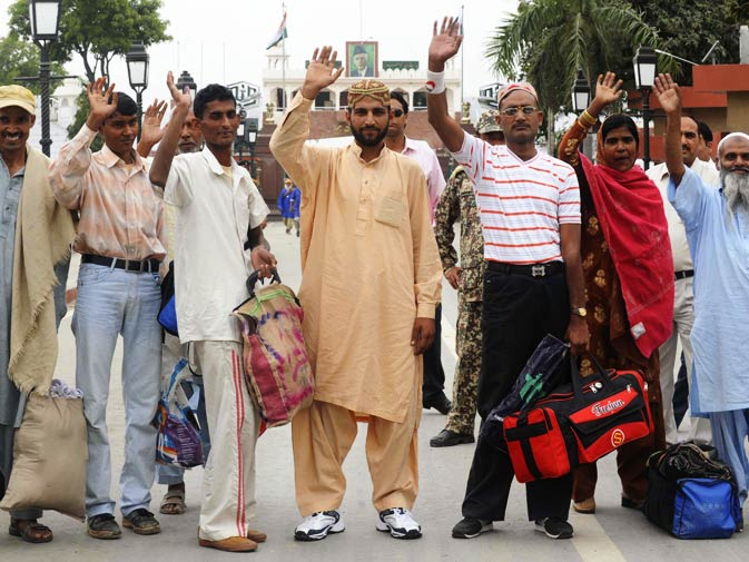 Pakistani prisoners cross over to Pakistan