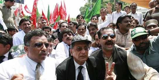 Aitzaz Ahsan (2nd L), president of the Supreme Court Bar Association, and lawyers and political workers gather to sit-in during a protest for the restoration of deposed judges in Lahore August 28, 2008. Thousands of lawyers blocked roads across Pakistan on Thursday to press the government to reinstate judges purged by former president Pervez Musharraf, as militants attacked police in the northwest, killing 11 people.   REUTERS/Mohsin Raza   (PAKISTAN)
