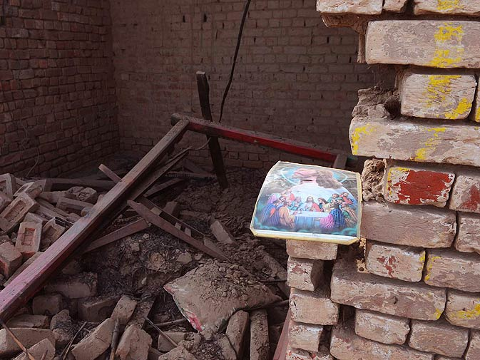 Covering the violence against the Christian community in Gojra. – Photo by Arif Ali/White Star
