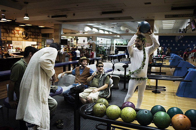 Bowling; being the preferred game of the movie was also the main game and entertainment for the fans who showed up at the festival. -Photo by AFP