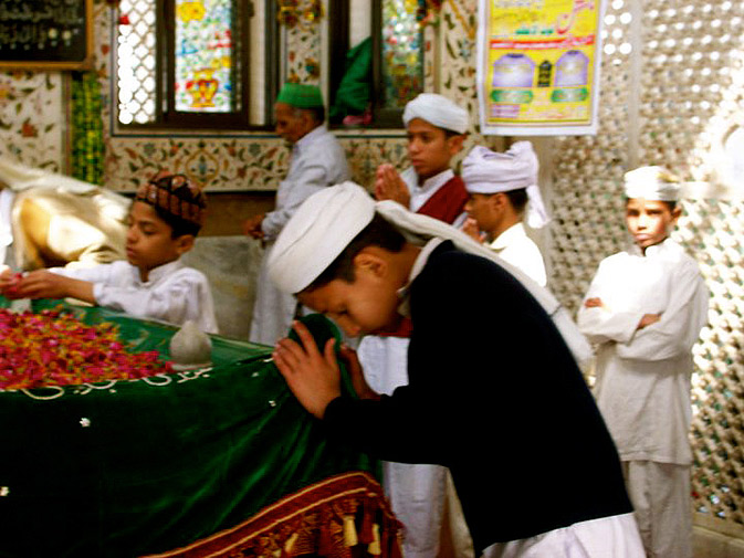Young boys at the shrine offer Fateha. The verse form Bulleh Shah primarily employed is called the Kafi, a style of Punjabi, Sindhi and Siraiki Sufi poetry, that is also used  by Sikh gurus.  Many musicians have drawn inspiration from his Kafis, including renowned  singers Abida Parveen, Arif Lohar, Arieb Azhar, and Sain Zahoor, and bands Junoon and Noori.
