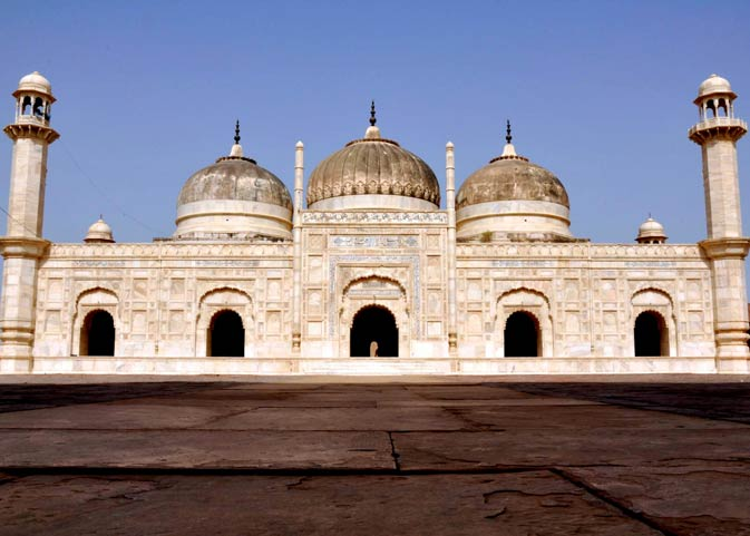 Built exactly like the Moti Masjid at the Red Fort in Delhi, the Derawar Mosque which was constructed in 1844 AD, has three domes and two minarets. The entire structure is made up on white marble.