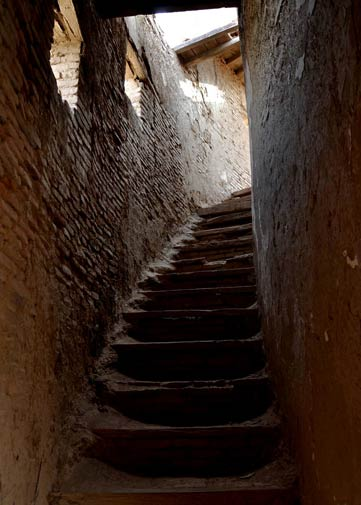 Narrow staircase leading to a small roof on the right side of the fort. The stairs were broken in some places and a small portion of the roof had fallen from its center making it a very tricky climb.