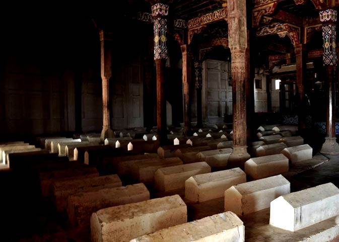 The grave of Jalaluddin Bukhari rests at the extreme back while those of his extended family dot the darbar.