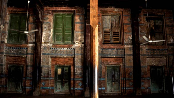 Famous saints and mystics have used these small compartments for prayer and meditation. The room on the extreme lower right was reportedly Baba Bulleh Shah's room.