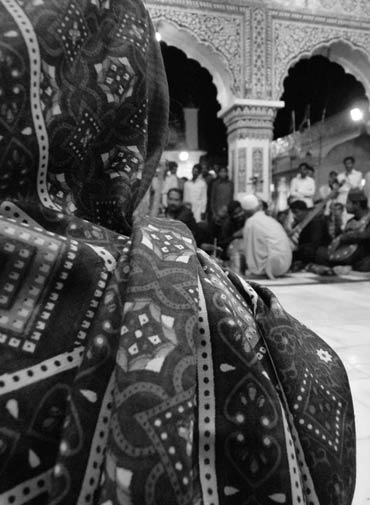 Devotees singing hymns in Punjabi. - Photo by Abeera Khan / Dawn.com