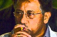 Musharraf wants Iran to give up on N-weapons
