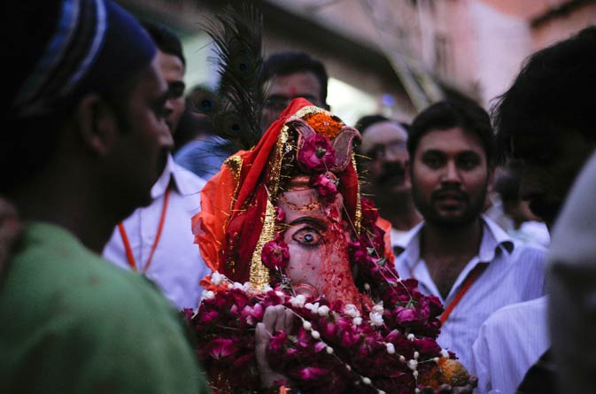 Men carry an idol of the Hindu elephant god Ganesh, the deity of prosperity, for immersion in the Arabian sea on the first day of the ?Ganesh Chaturthi? festival at Laxmi Narain Temple in Karachi September 2, 2011.