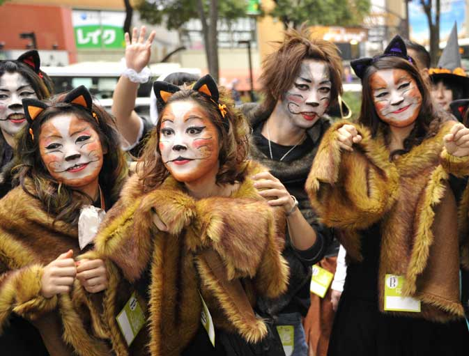 People wearing Halloween costumes march on the street during the 15th Halloween Parade in Kawasaki, suburban Tokyo on October 30, 2011. Some 3,000 dressed up participants join the annual fancy parade ? AFP photo.