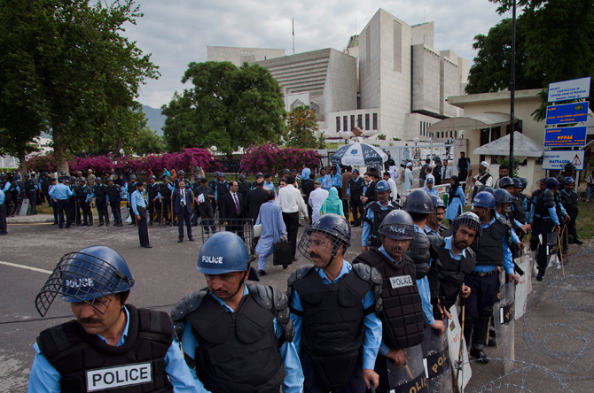 Policemen in riot-gears cordon off the Supreme court as Pakistani Prime Minister Yousuf Raza Gilani, unseen, appears for a hearing in Islamabad, Pakistan, Thursday, April 26, 2012. – Photo by AP