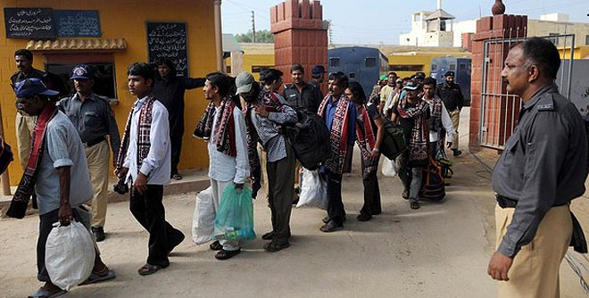 120412-india-fishermen-karachi-jail-660