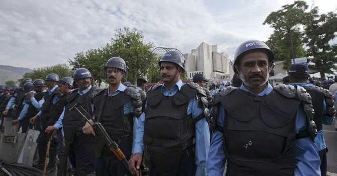 Islamabad-police-in-riot-gear