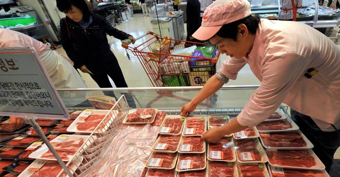Food safety experts play down mad cow risk