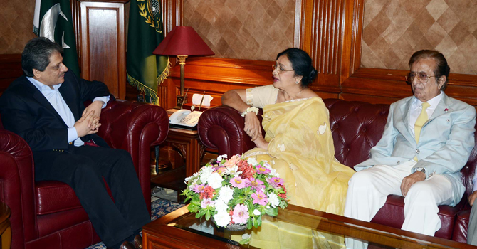 Shabnam meeting Ishrat-ul-Ibad on her trip to Pakistan