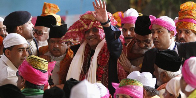President Asif Ali Zardari waves after offering prayers at the shrine of Sufi saint Khwaja Moinuddin Chishti at Ajmer in the desert Indian state of Rajasthan April 8, 2012.