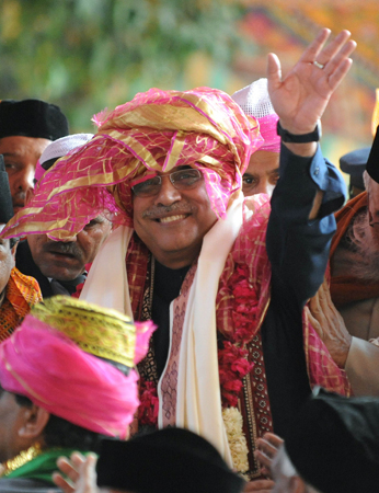 Pakistan President Asif Ali Zardari waves as he leaves the renowned 13th century shrine of Sufi saint Khwaja Moninuddin Chisti. ? AFP Photo