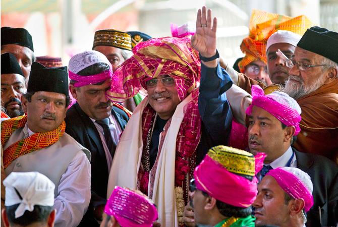 Pakistan President Asif Ali Zardari waves after offering prayers at the Ajmer Sharif, the shrine of Sufi saint Khwaja Moinuddin Chishti, in Ajmer. ? AP Photo