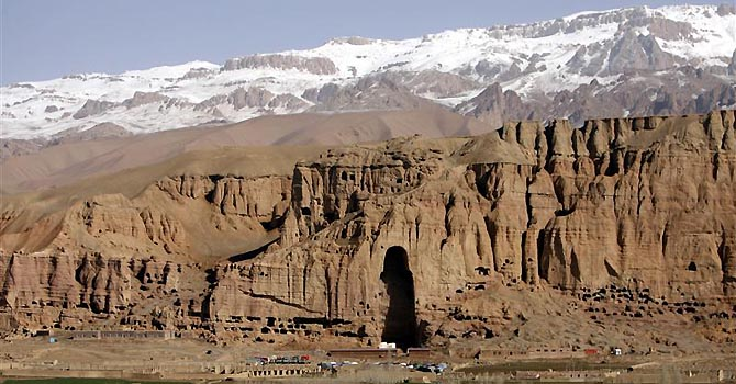 A general view of niche that once held a giant Buddha, in Bamiyan province April 21, 2009. Archaeologists are working to stabilise the remains of two statues blown up by the Taliban in 2001 and searching for other massive sculptures recorded by travellers who passed through the valley centuries ago, but warn the area is at risk from both poverty and careless development. REUTERS/Omar Sobhani (AFGHANISTAN SOCIETY IMAGE OF THE DAY TOP PICTURE)