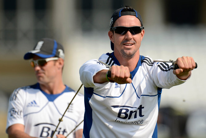 England's Kevin Pietersen (R) warms up with captain Andrew Strauss. ? Photo by Reuters