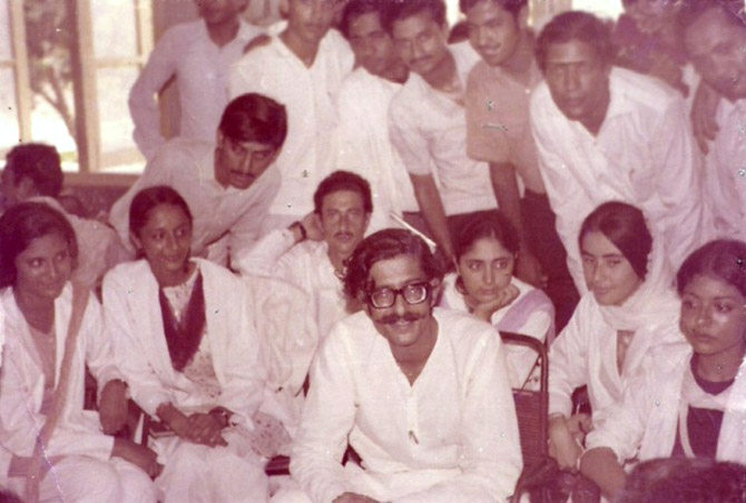 NSF ideologue Rasheed Hassan surrounded by NSF workers and supporters at Dow Medical College, Karachi (1969). – Photo courtesy Apna Kal Blog
