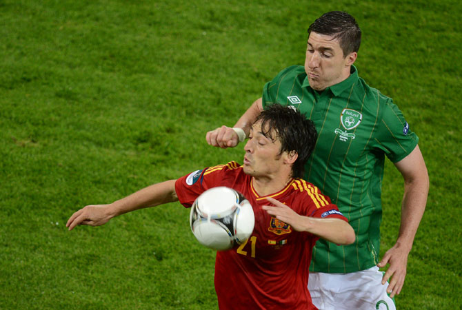 Irish midfielder Stephen Ward (Right) vies with Spanish midfielder David Silva during the Euro 2012 championships football match Spain vs Republic of Ireland. ? Photo by AFP