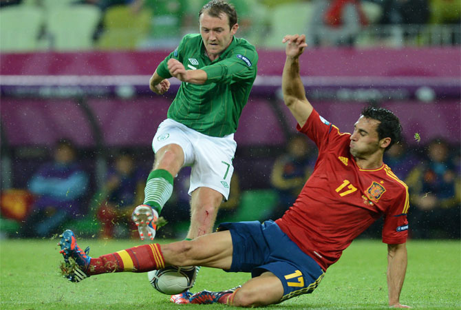 Irish midfielder Aiden McGeady (Left) vies with Spanish defender Alvaro Arbeloa during the Euro 2012 championships football match Spain vs Republic of Ireland. ? Photo by AFP