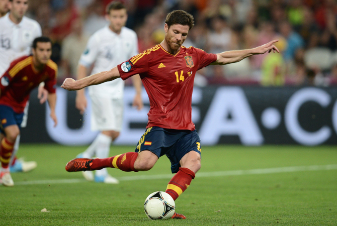 Spanish midfielder Xabi Alonso shoots to score a penalty during the Euro 2012 football championships quarter-final match Spain vs France. ? Photo by AFP