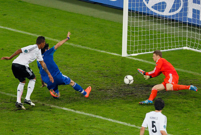 Greece's Giorgos Samaras (2nd Left) scores a goal against Germany's goalkeeper Manuel Neuer during their Euro 2012 quarter-final football match.