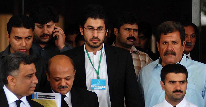 Px06-032 ISLAMABAD: Jun06 ? Son of Chief Justice of Pakistan Iftikhar Muhammad Chaudhry, Arslan Iftikhar returns after a hearing outside Supreme Court of Pakistan. ONLINE PHOTO by Waseem Khan