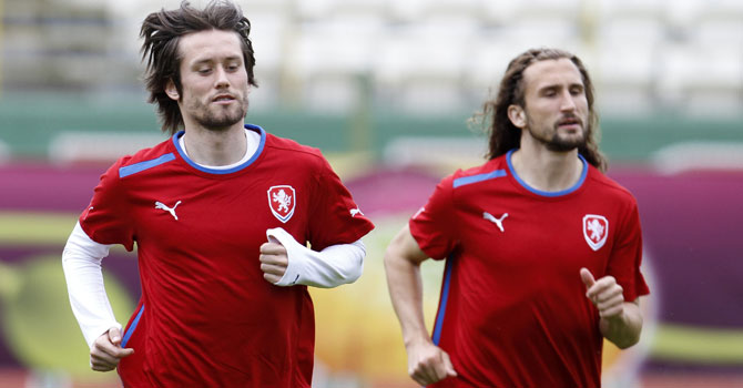 Rosicky gives Czechs hope as he resumes training.