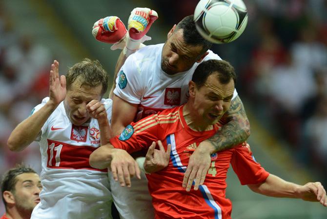 Russian defender Sergey Ignashevich vies with Polish defender Marcin Wasilewski.