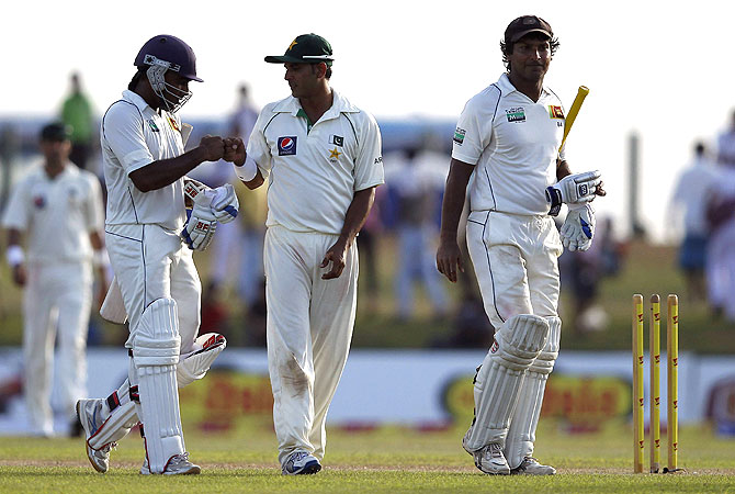 Jayawardene (L) is congratulated by Pakistan's Abdur Rehman (C) as Sri Lanka's Kumar Sangakkara walks off the field at the end of the opening day. -Photo by Reuters