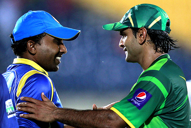 Pakistan's captain Mohammad Hafeez (R) shakes hands with Sri Lanka's captain Mahela Jayawardene. -Photo by Reuters