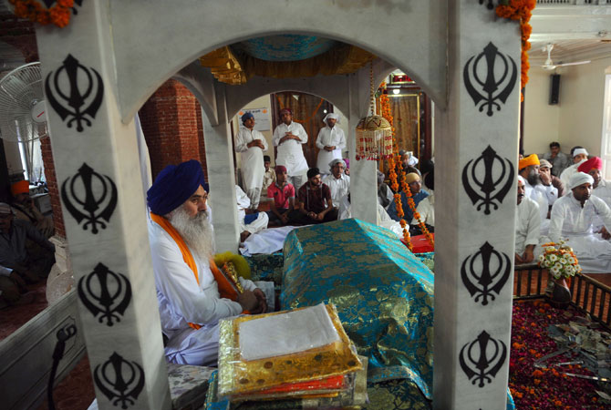 Sikh pilgrims attend religious rituals at the Gurdwara in Lahore. Pilgrims from India and other parts of the world arrived in Pakistan to take part in religious rituals for the 406th death anniversary of Guru Arjan Dev Ji, who is Sikhism's fifth guru. -Photo by AFP