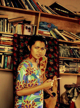 Artist Summaiya Jillani painting Baar baar dekho, hazaar baar dekho, at her studio. – Photo by Reshma Akhtar/Hosh Media