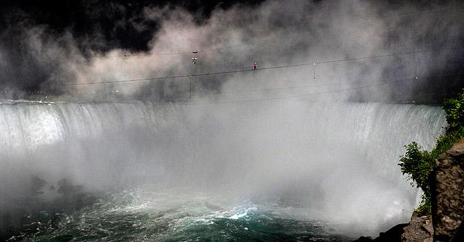 Wallenda-Niagarafalls-walk-670-reu