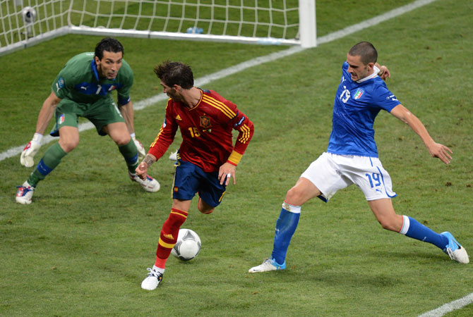 Spanish defender Sergio Ramos vies with Italian defender Leonardo Bonucci (Right) and Italian goalkeeper Gianluigi Buffon during the Euro 2012. ? Photo by AFP