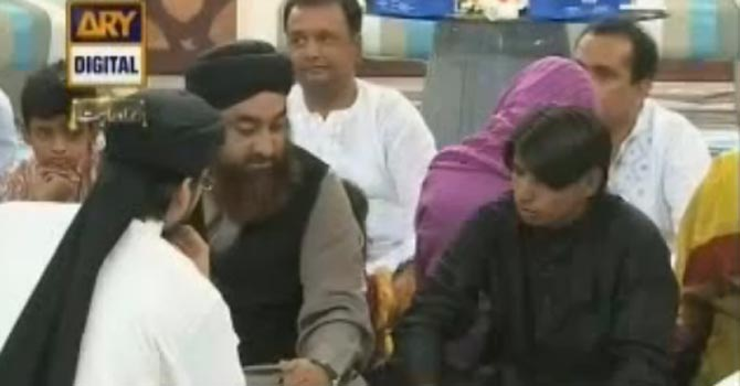 Sunil accompanied by religious clerics during Ramazan show. — YouTube