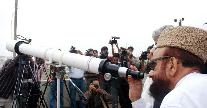 Chairman of the Central Ruet-i-Hilal Committee Mufti Munib-ur-Rehman leads the moon-sighting duties in Karachi. – Photo by PPI