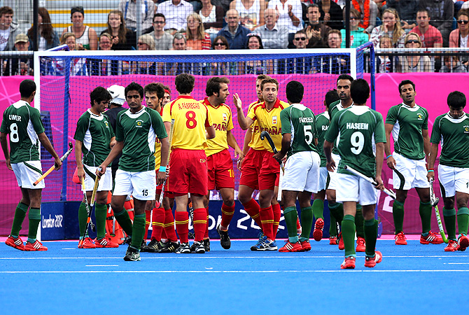 Pakistani and Spanish field hockey players argue over a decision. -Photo by AP