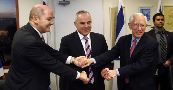 Peter Doyle (L), head of the International Monetary Fund's (IMF) mission to Israel, shakes hands with Israel's Finance Minister Yuval Steinitz (C) and Bank of Israel Governor Stanley Fischer after handing over its annual report on Israel, in Jerusalem.—Reuters Photo