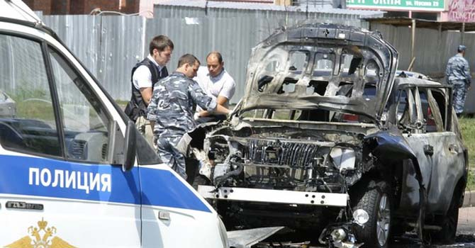 Russian investigators work near the scene of a car bomb blast in the city of Kazan July 19, 2012. The most senior Islamic official in Russia's largely Muslim Tatarstan region was wounded in a car bomb attack and his deputy was killed in a separate shooting on Thursday, law enforcement officials said.  REUTERS