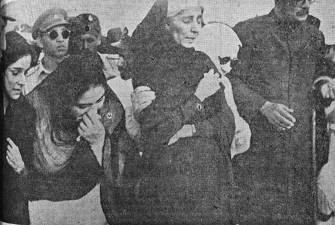 Fatima Jinnah mourns as the body of the Quaid-e-Azam Mohammed Ali Jinnah is being lowered in the grave.