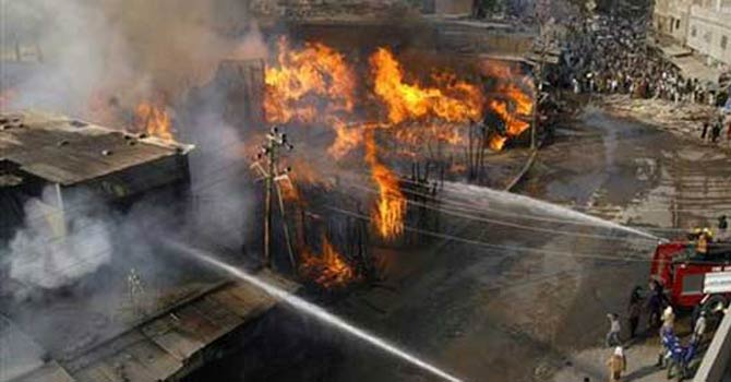 fire-warehouse-lahore-670