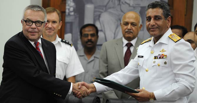 Hoagland-Farrukh-signagreement-AFP-670