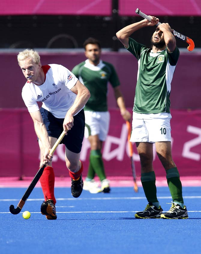 Pakistan's Shakeel Abbasi (R) reacts past Britain's Alastair Wilson. - Photo by Reuters.