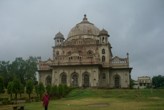 The twin tombs of Qaisar Bagh: the mausoleums of Nawab Saadat Ali Khan (previous photo) and his wife Khursheed Zaidi.