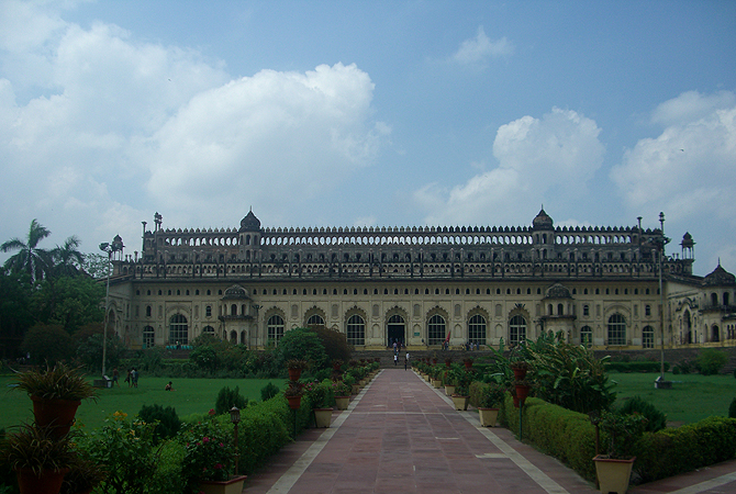 Entrance to the Bara Imambara. Within this building are the graves of Nawab Asaf ud Daula and his wife, Shamsunnisa Begum.
